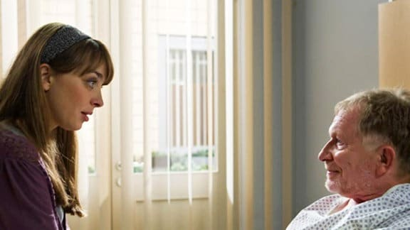 Susanne Höfler besucht ihren Vater am Krankenbett.