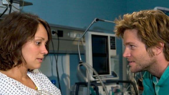 Andreas besucht seine Freundin Birgit im Krankenhaus.