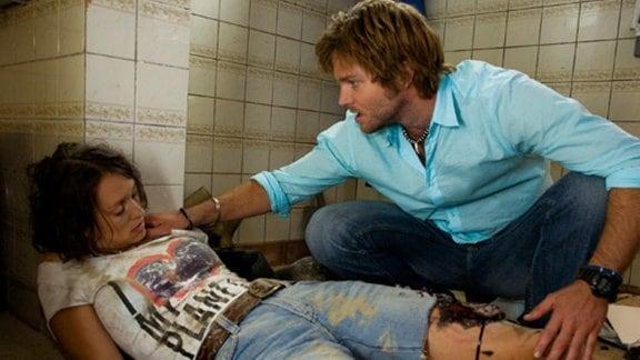 Andreas findet Birgit schwer verletzt in der Tauchschule.