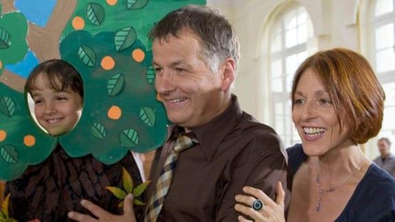 Roland und Pia freuen sich mit Jonas.