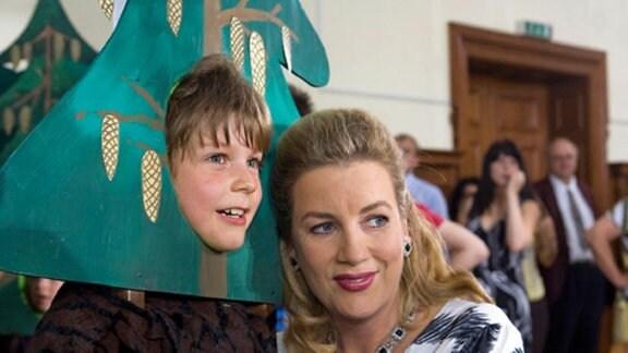 Sarah ist stolz auf ihren Sohn Bastian.
