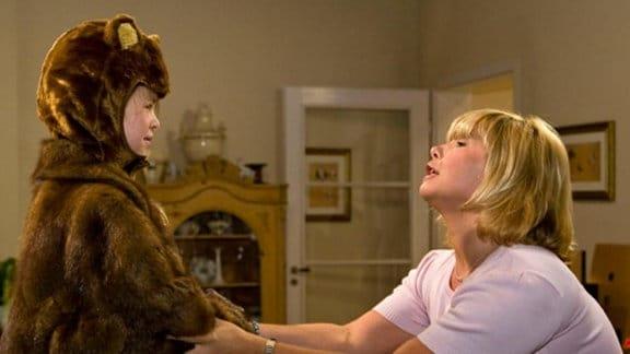 Babsi Schmidt übt mit ihrer Tochter für das Theaterstück.