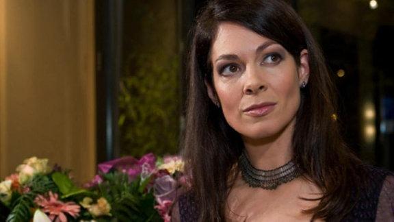 Von Dr. Kaminski wird Elena mit Blumen umworben.