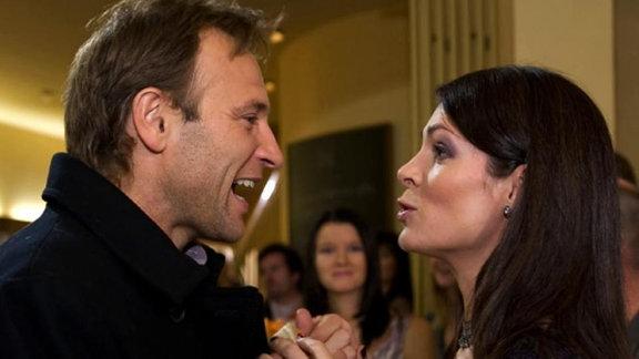 Elena lädt Martin zu ihrer Geburtstagsparty ein.