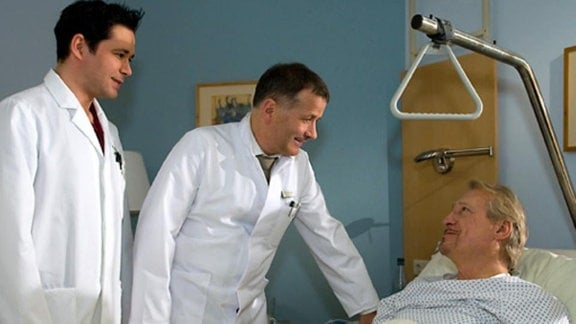 Es handelt sich um einen bekannten Berliner Arzt, Dr. Gerd Behringer.
