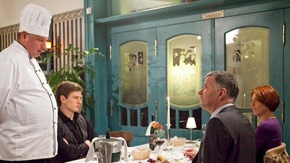 Dr. Heilmann hat seine Familie ins Restaurant eingeladen. Als Jakob das Essen in den höchsten Tönen lobt, verschafft Roland ihm kurzerhand einen Probearbeitstag bei Vincent Rothner. Für Jakob eine peinliche Angelegenheit.