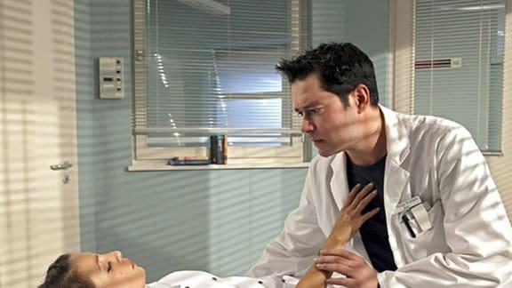 Philipp kümmert sich um die bewusstlose Arzu.