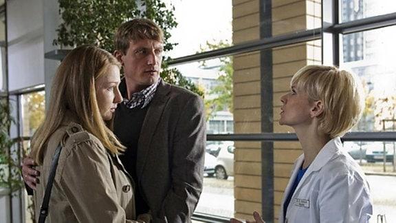 Dr. Globisch erzählt Axel Wegner von ihrem Verdacht.