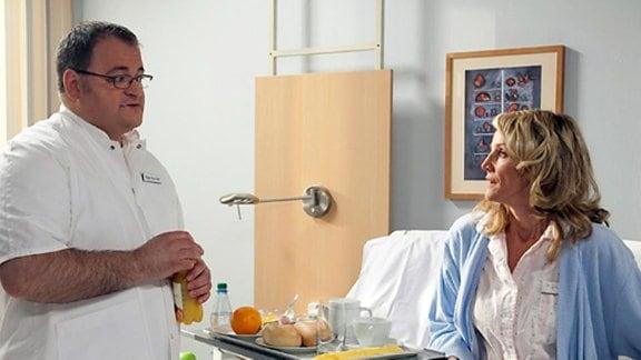 Brenner kommt durch Rosie in eine peinliche Situation vor Sarah.