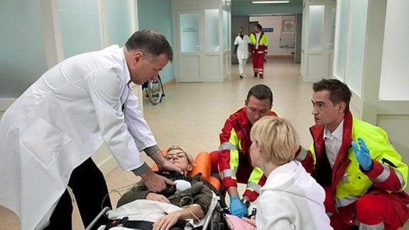 Rosie Pesch wird nach einem Blitzschlag in die Klinik eingeliefert.