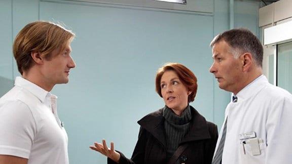 Roland verdächtigt Pia, ein Verhältnis mit einem anderen Mann zu haben.