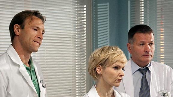 Der Professor bittet seine Ärzte, ihn heimlich nachts zu operieren.