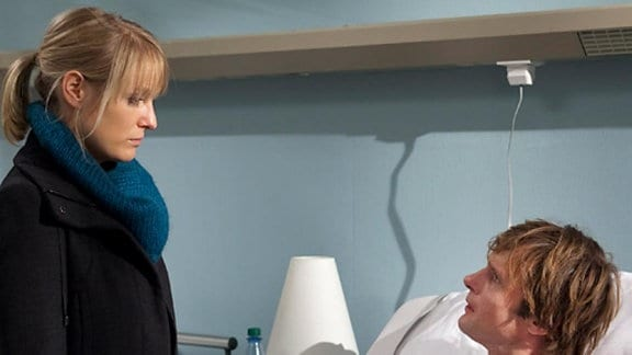 Nina muss Tobias gestehen, dass sie im Urlaub eine Affäre hatte.