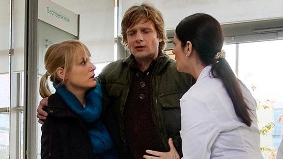Nina Metzer bringt ihren Mann nach einem Zusammenbruch in die Klinik.