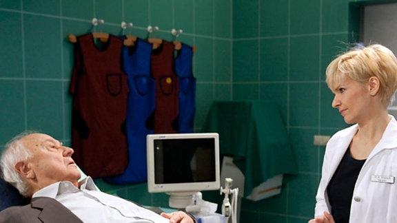 Dr. Kathrin Globisch will Theodor Ochsenblut zunächst nicht operieren.