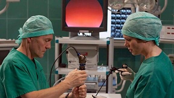 Während einer OP zerbricht Dr. Kaminski den Laparoskopie-Trainer.