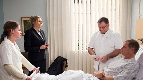 Mereth Wagner erfährt, dass ihr Mann operiert werden soll.