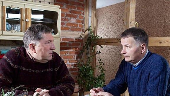 Lutz berichtet Roland von Klaras Depressionen und dem Alkoholproblem.