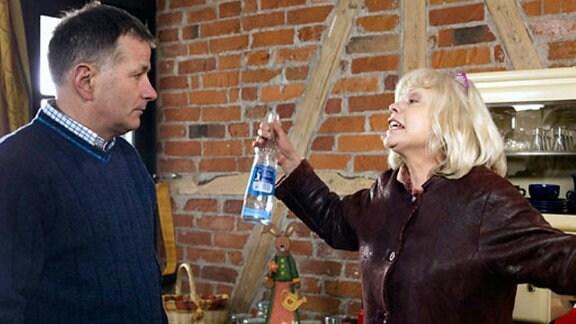 Roland versucht, mit seiner betrunkenen Schwester zu reden.
