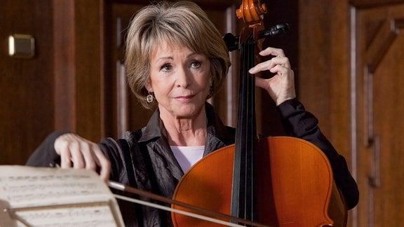 Barbara Grigoleit wagt ein Vorspiel auf ihrem Cello.