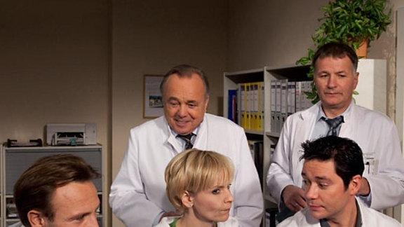 Die Ärzte vergleichen die Videoauswertung der beiden Operationen.