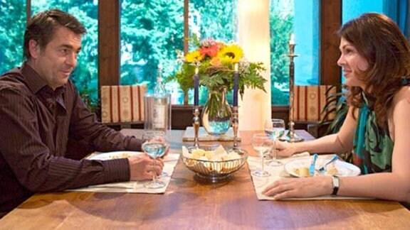 Valentin Hoppe lädt Elena zum Essen ein.