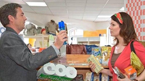 Elena Eichhorn streitet sich in einem Bio-Laden mit Valentin Hoppe.