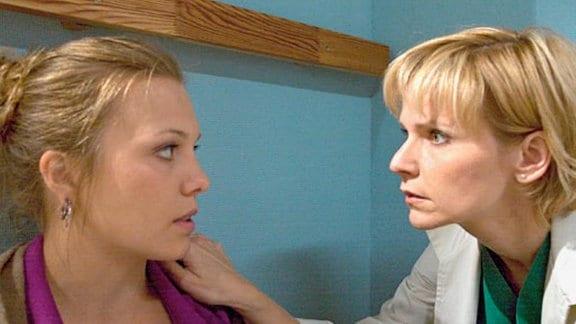 Nina hat Angst um Tim. Dr. Globisch beruhigt sie.