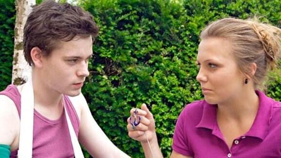 Nina zeigt Tim das Amulett ihres toten Opas.