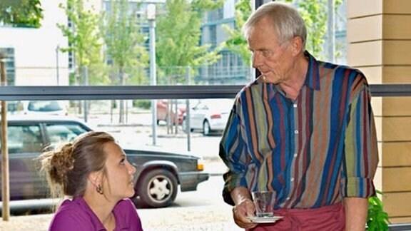 Otto Stein macht sich Sorgen um die trauernde Nina.