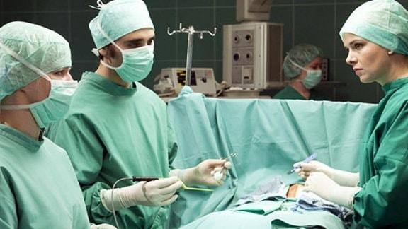 Dr. Isabel Dahl muss ihr chirurgisches Können beweisen
