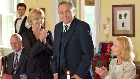 Prof. Simoni begleitet seine Frau Ingrid zu deren Ehemaligentreff.