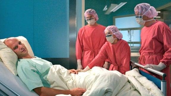 Das Ärzteteam überbringt Achim eine schockierende Nachricht.