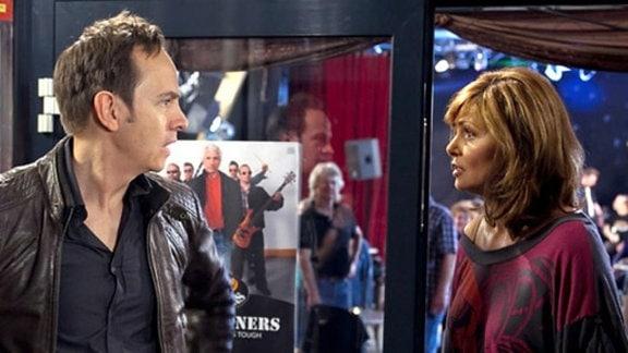 Steffen ist verletzt. Yvonne versucht, die Situation zu erklären.
