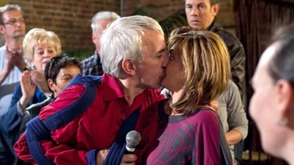 Yvonne steht mitten im Publikum, als Volker sie überraschend küsst.