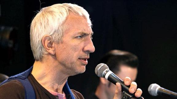 Auf seinem Konzert umgarnt Volker Yvonne.