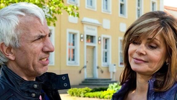 Volker Welke findet Gefallen an Yvonne.