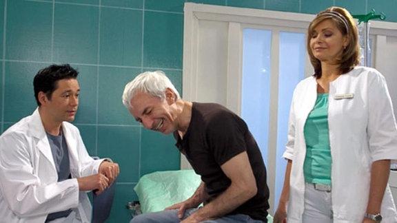 Der lebenslustige Musiker Volker sorgt in der Klinik für Abwechslung.