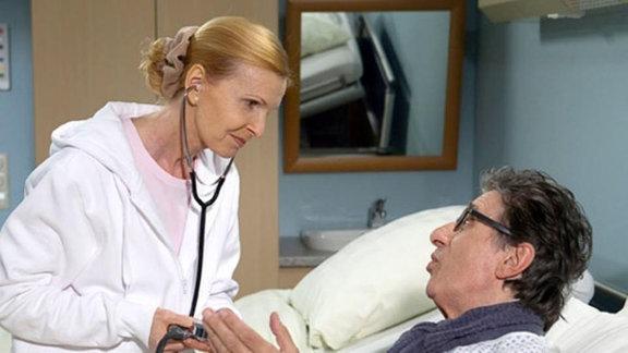 Oberschwester Ingrid kümmert sich um ihren Patienten.