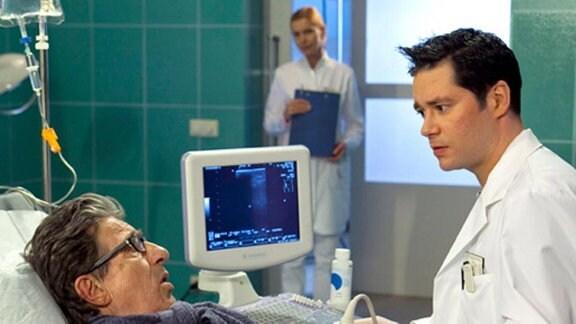 Dr. Brentano untersucht Norbert Rosteck wegen der Lebervergiftung.