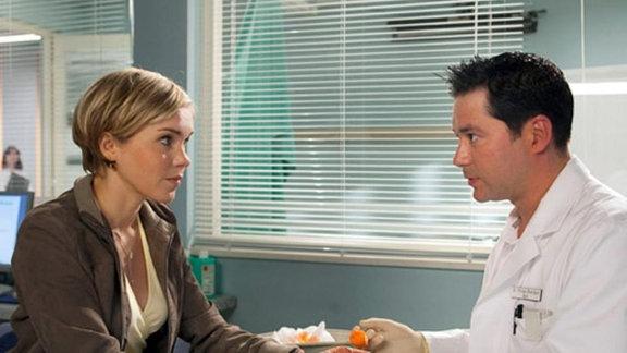 In der Klinik treffen Carola und Philipp erneut aufeinander.