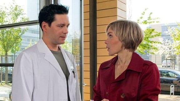 Dr. Philipp Brentano trifft am Klinikeingang auf eine attraktive Frau.
