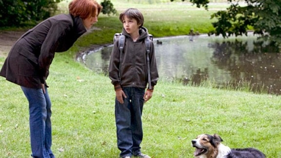 Jonas und Pia Heilmann entdecken einen herrenlosen Hund im Park.