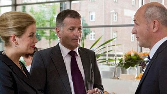 Prof. Mensing interessiert sich für Dr. Roland Heilmanns Forschung.