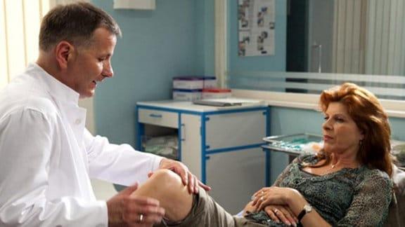 Während einer Untersuchung bei Dr. Heilmann erfährt Vera Bader Neues.