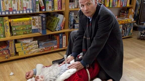 Roland Heilmann ist zur Stelle, als sich der Weihnachtsmann verletzt.