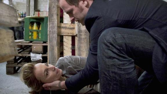 Toni Gebhardt alarmiert sofort den Notarzt, als Rita zusammenbricht.
