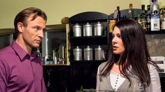 Elena ist Martin gegenüber misstrauisch.