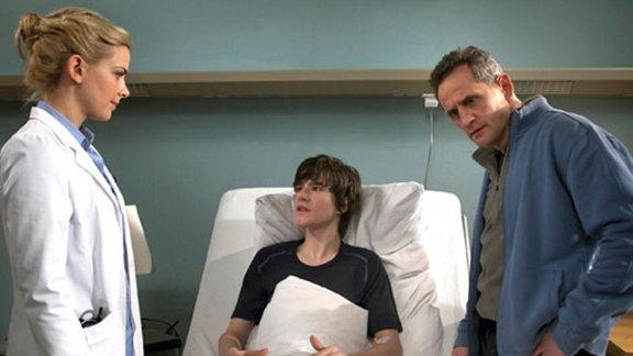 Isabel Dahl überbringt Jan und seinem Vater eine schlechte Nachricht.