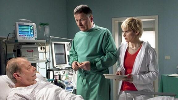 Dr. Heilmann und Dr. Globisch rätseln über die Ursache der Erkrankung.